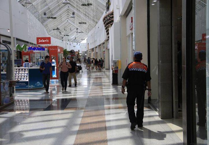 Continuarán las revisiones en los centros comerciales de la ciudad. (Tomás Álvarez/SIPSE)