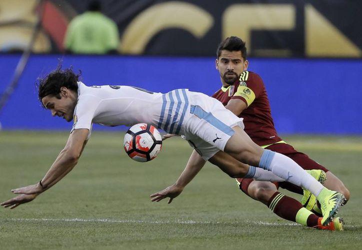 Los uruguayos tropezaron con Venezuela este jueves y terminaron por caer en una pésima Copa América Centenario. (AP)