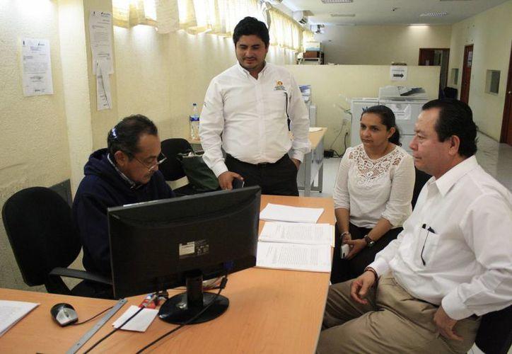 Funcionarios capitalinos acudieron al Ministerio Público del Fuero Común para interponer las denuncias pactadas. (Harold Alcocer/SIPSE)