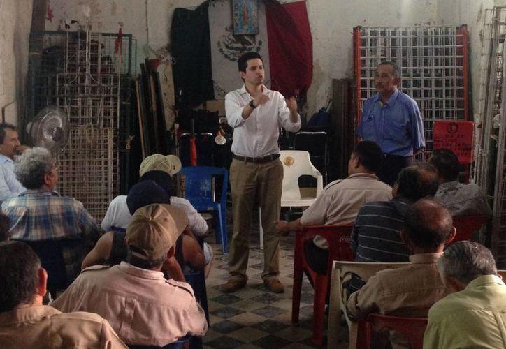 El regidor Luis Castillo López en reunión con boleros de la Plaza Grande de Mérida. (SIPSE)