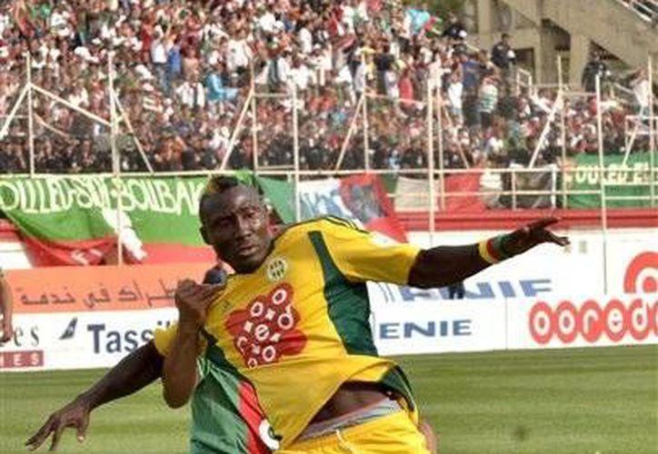 Fotografía del 2 de mayo de 2014 que muestra al atacante del JS Kabylie Albert Ebosse, de Camerún, tratando de controlar la pelota en la final de la copa argelina, en Blida, cerca de Argel, la capital del país. (Foto de AP)