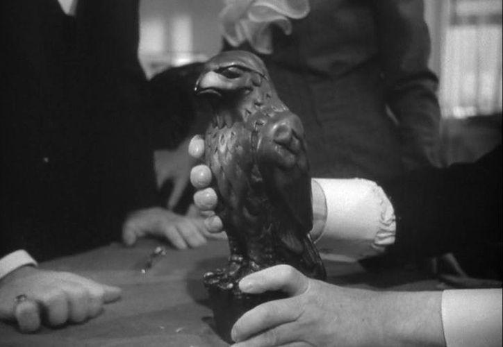 La estatuilla negra del halcón de unos 30 centímetros de altura y color negra fue el tema central de uno de los clásicos policiales del cine estadunidense. (bonhams.com)