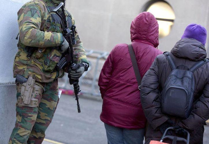 Un soldado belga patrulla cerca de una sinagoga en el centro de Amberes, Bélgica. (Agencias)