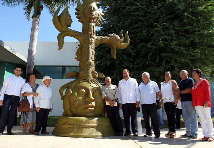 Imagen de la inauguración de la muestra de Reynaldo Bolio 'Paccelli' en el corredor exterior del Aeropuerto Internacional de Mérida. (César González/SIPSE)