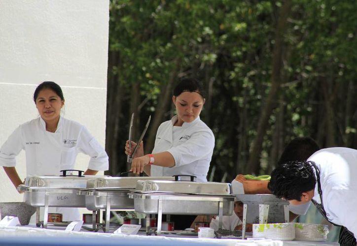 Los estudiantes durante la muestra gastronómica. (Sergio Orozco/SIPSE)