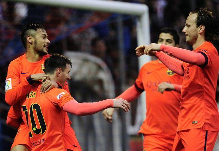 El argentino Lionel Messi (10) celebra un gol con su compañero Neymar, izq., en el partido entre su equipo Barcelona y Eibar. (AP Foto/Alvaro Barrientos)