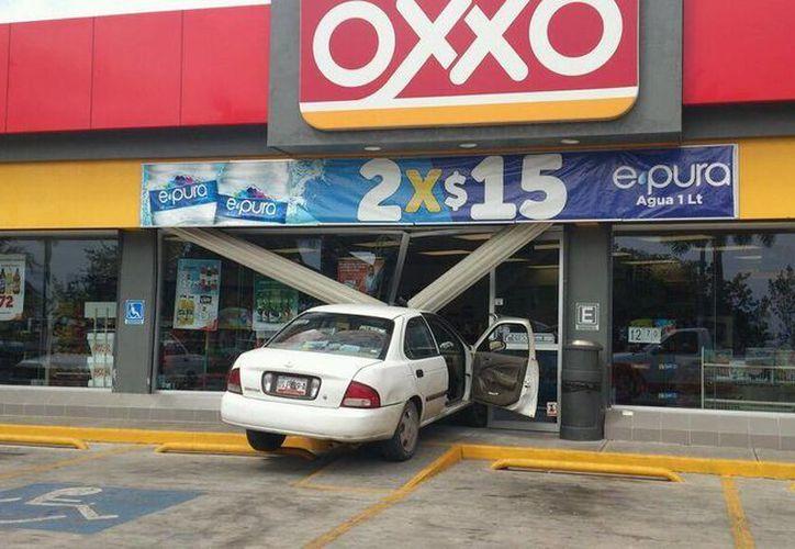 El vehículo derribó la puerta de cristal, la estructura de aluminio, base de concreto y algunos anaqueles. (Twitter/@ACorralesFelix)