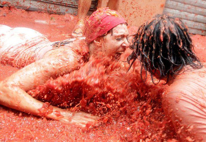 La historia partió de una fotografía captada en la Tomatina, fiesta de la localidad española de Buñol en la que los participantes se lanzan tomates. (Foto: RT)