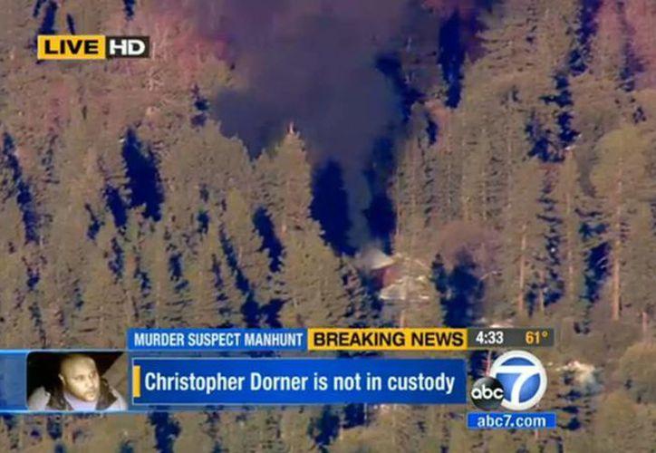 Los canales de TV en EU difundieron esta imagen de la cabaña donde se escondía Dorner. (Foto: Agencias)