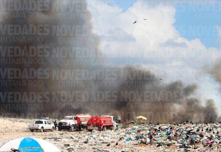 Al menos 30 bomberos, tres pipas y dos carros bomba, se presentaron para controlar el siniestro. (Joel Zamora/SIPSE)
