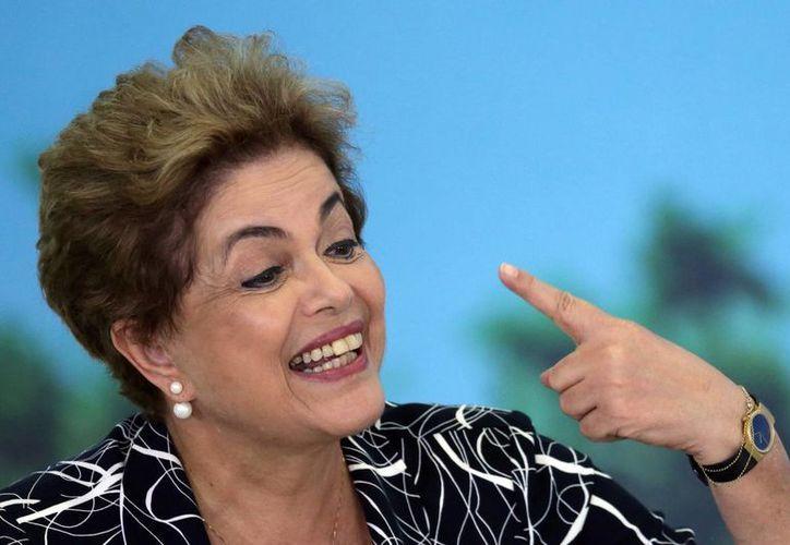 La presidenta de Brasil, Dilma Rousseff, habla durante la ceremonia, en el palacio presidencial de Planalto, en Brasilia, Brasil. (Agencias)