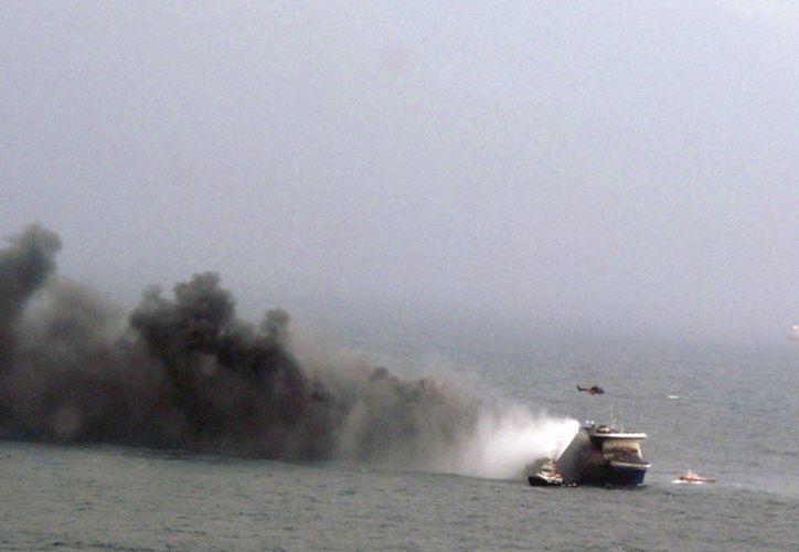 Las labores de rescate de los pasajeros del navío incendiado son encabezadas por Italia. (AP)