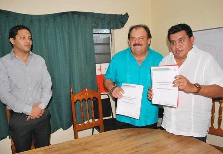 El edil Eduardo Espinosa Abuxapqui entregó la carpeta de proyectos a Víctor Manuel Sánchez Álvarez. (Cortesía/SIPSE)