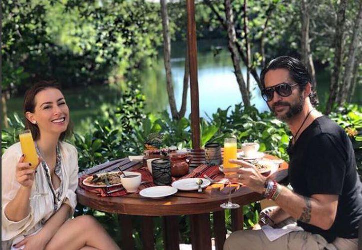 Lizaldi compartió una foto en la que aparece con su pareja desayunando en un hotel de Playa del Carmen. (Foto: Instagram)