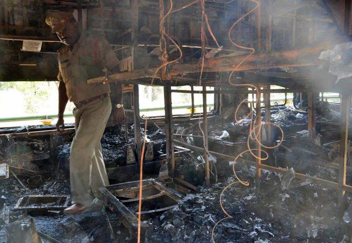 Investigaciones preliminares revelaron que la causa del fatal siniestro en un tren de India fue un cortocircuito. (Agencias)