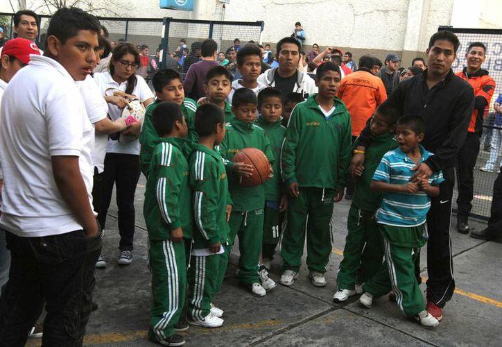 Hace dos semanas, los niños triquis acudieron al estadio Azul para recibir un homenaje en el marco del partido de cuartos de final de liguilla entre Cruz Azul y Toluca. (Notimex/Foto de archivo)