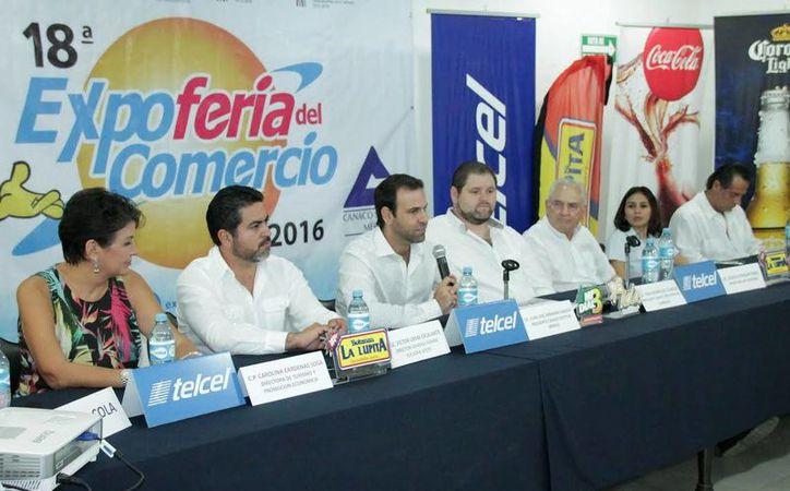 Juan José Abraham Daguer, dirigente estatal de la Canacome (con el micrófono), encabezó el anuncio de la Expo Feria de Comercio 2016. (Foto cortesía del Gobierno estatal)