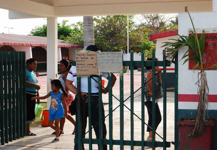 Madres y padres de familia de la escuela preescolar Quetzalcóatl de Chetumal exigieron la renuncia de la directora del plantel. (Harold Alcocer/SIPSE)