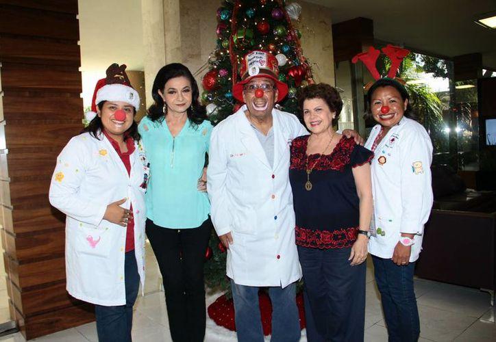 Los Doctores del Humor estuvieron en la última emisión de 2016 del programa de radio Salvemos una Vida. (Jorge Acosta/SIPSE)
