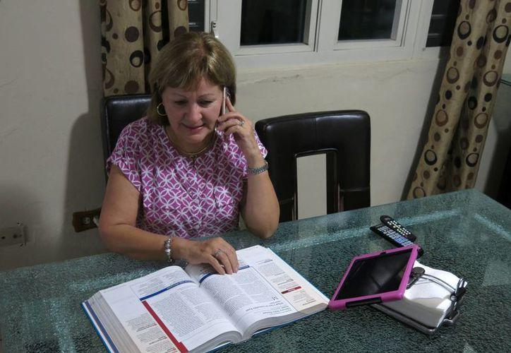 Norma Cardoza, maestra de una escuela católica, habla por teléfono con otra profesora sobre la pérdida de su pensión, en Guaynabo, Puerto Rico. (Agencias)