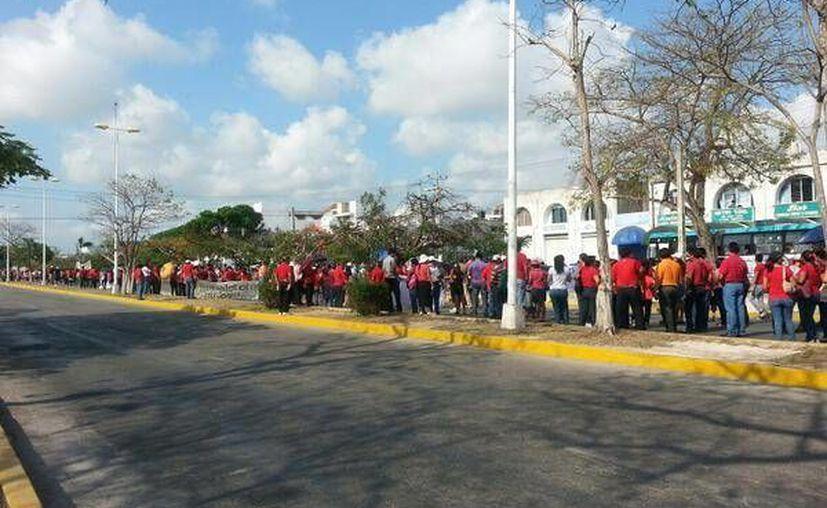 Acudieron vestidos de rojo, marcharon en la avenida Tulum  (Twitter: @WILLYCUN)