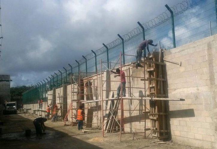 Continúan la construcción de la barda perimetral. (Eric Galindo/SIPSE)