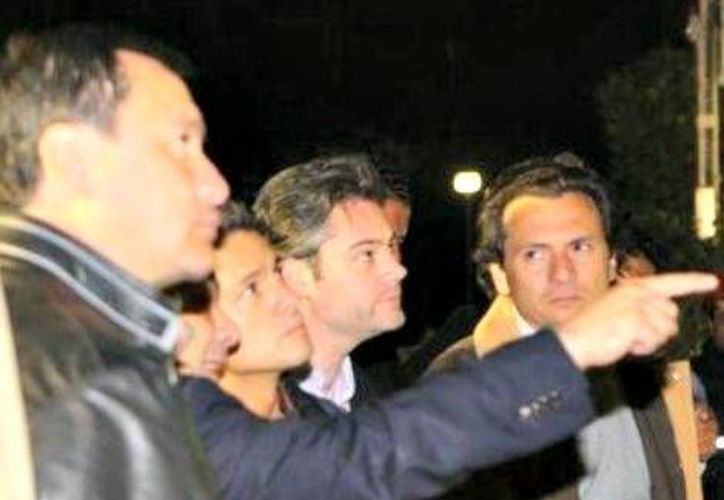 El presidente Enrique Peña Nieto recorrió esta noche la zona de desastre. (Milenio.com)