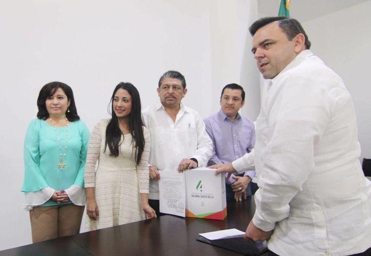 El Secretario de Gobierno, Roberto Rodríguez Asaf (der.), y los legisladores que recibieron el informe del gobernador. (Cortesía/ Congreso)