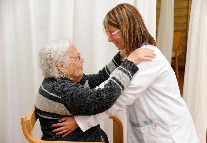 América Latina tiene ocho personas en edad productiva por cada pensionado adulto mayor, pero la tasa disminuirá a 2.5 en 2050. En la imagen una mujer ayuda a una anciana a moverse. (Notimex)