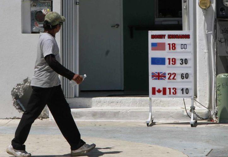 Hasta ahora en Cancún no hay quien regule los precios de compra-venta en las casas de cambio. (Tomás Álvarez/SIPSE)