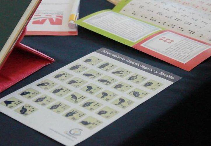 Imparten cursos a personas interesadas en aprender el sistema de lectura y escritura táctil braille. (Sergio Orozco/SIPSE)