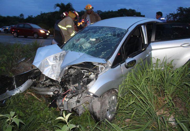 Un joven quedó prensado luego de un choque en la carretera Playa del Carmen - Tulum. (Redacción/SIPSE)