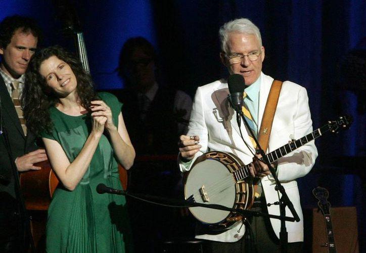 Steve Martin conversa con el público en el FM Kirby Center en Wilkes Barre, Pensilvania, la noche del martes 2 de julio, acompañado por la cantante Edie Brickell. (Agencias)