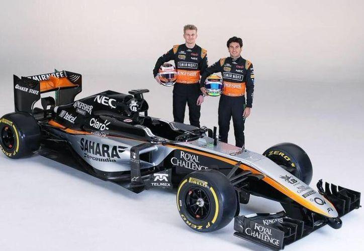 Sergio 'Checo' Pérez y Nico Hulkenberg junto al nuevo monoplaza de Force India para esta temporada de Fórmula Uno, que incluye a México. (antena3.com)