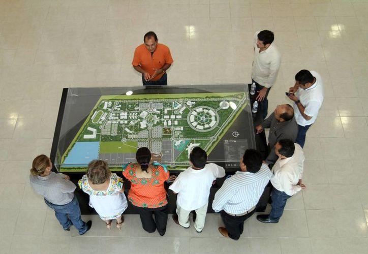Crece el interés de los jóvenes de Yucatán por la ciencia, dijo el titular de  Investigación, Innovación y Educación Superior, Raúl Godoy.  Imagen de contexto de una presentación. (Milenio Novedades)