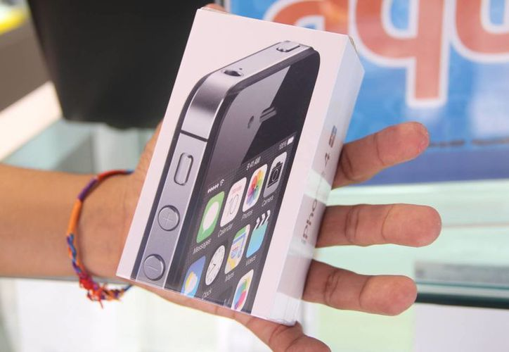 Muchos de los celulares ofrecidos en 'Chetumalito' se ofrecen en caja sellada por la empresa telefónica. En la imagen una caja de un Iphone que se encuentra a la venta. (José Acosta/SIPSE)