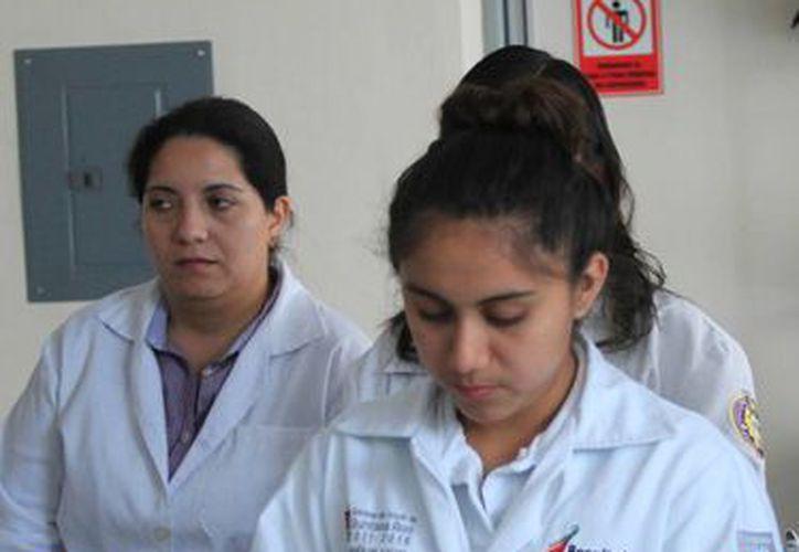 El laboratorio trabaja en un horario de 7:30 a 15:30 horas de lunes a viernes. (Ángel Castilla/SIPSE)