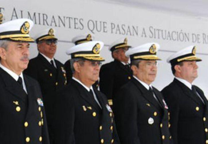 En la fila de atrás, los almirantes que pasaron a retiro. Al frente, funcionarios de la Semar que encabezaron la ceremonia. (semar.gob.mx)