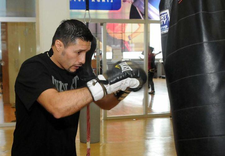 El veterano pugilista Jhonny González regresó al gimnasio donde empezó su carrera para prepararse para tratar de obtener el título super pluma. (Notimex)