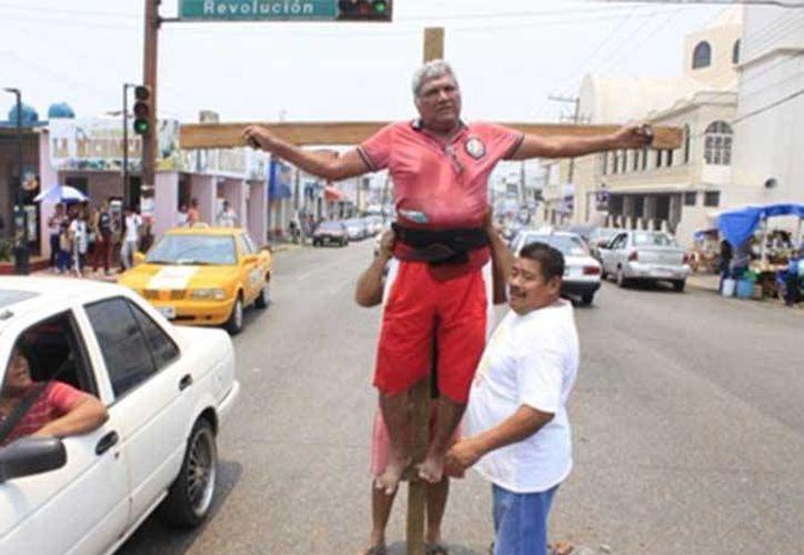 Plutarco Elías Hidalgo Alférez se 'crucifica' tras perder elección a delegado municipal de Tamulté, en Villahermosa, Tabasco. (Excélsior)