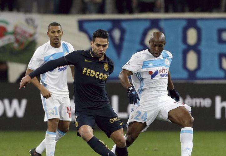 Radamel Falcao se ha convertido en pieza fundamental del Mónaco de Francia. En la foto, Falcao conduce el balón ante la marca de su rival del Marsella.(Claude Paris/AP)