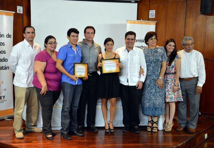 Codhey entregó el premio al mejor Trabajo Final de titulación a Hilda Marilyn Alvarado Leyva. Imagen de la entrega de los reconocimientos.  (Milenio Novedades)