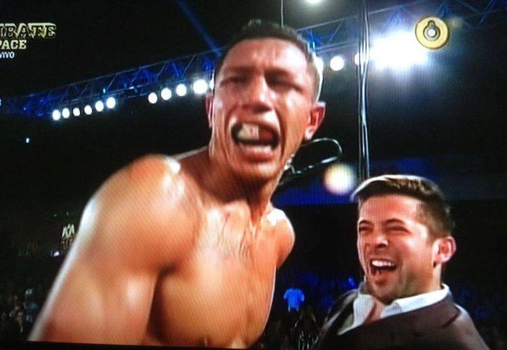 El boxeador Miguel 'Alacrán' Berchelt celebra su triunfo. (Captura de pantalla)