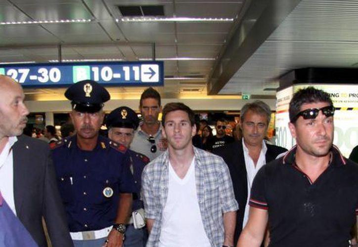 El futbolista argentino Lionel Messi, a su llegada al aeropuerto Fiumicino, de la ciudad de Roma, Italia. (EFE)