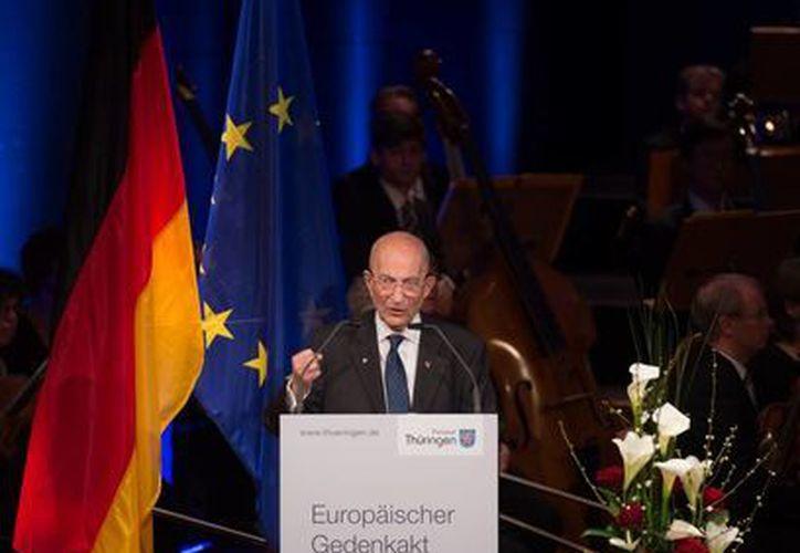El exprisionero francés Bertrand Herz, habló en el Teatro Nacional Alemán de Weimar, durante una de las ceremonias del 70 aniversario de la liberación del campo de concentración de Buchenwald en 1945. (AP)
