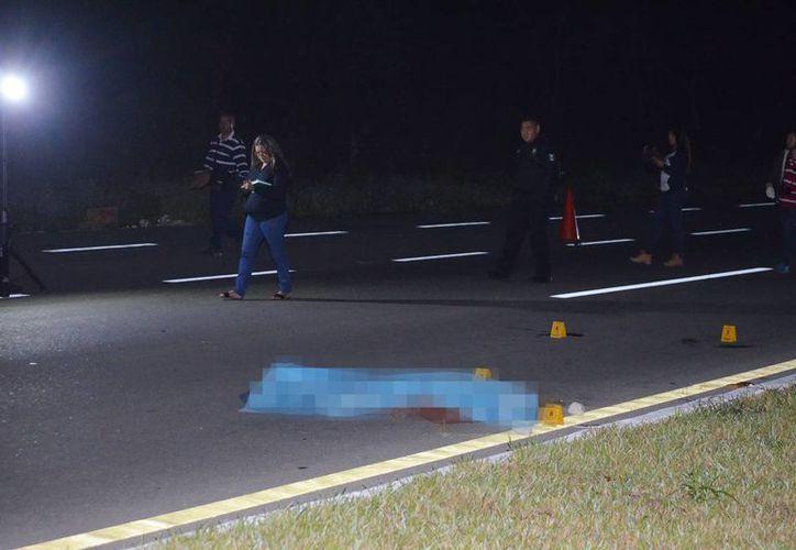 El infortunado peatón quedó tirado sobre el asfalto, en el kilómetro 14 de la carretera Mérida-Peto, a la altura de la comisaría de Petectunich. (Milenio Novedades)
