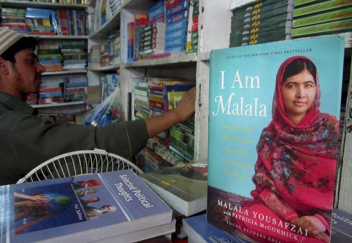Una librería en Islamabad, Pakistán, exhibe unos libros de Malala Yousafzai. La joven sobrevivió en 2012 a un disparo en la cabeza por parte de talibanes por promover la educación de las niñas. (Foto AP/B.K. Bangash)