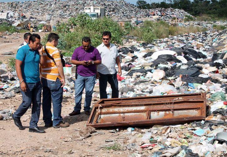 El ataúd fue hallado por pepenadores  en el basurero municipal, quienes dieron aviso a las autoridades. (Francisco Sansores/SIPSE)