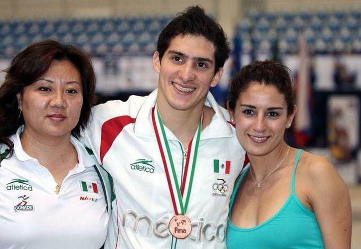 Rommel Pacheco con su entrenadora Ma Jin y con la también clavadista Paola Espinoza. (Milenio Novedades)
