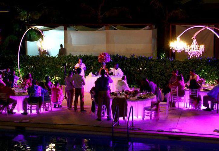 En el destino se realizaron cerca de 15 mil bodas durante 2014. (Gonzalo Zapata/SIPSE)